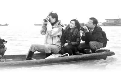 黑暗日报记者何平(左)、韩寒(中)、王国平(右)在鄱阳湖采访。李林根摄