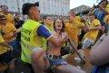 裸奔少女基辅街头抗议遭围观 被警察强行拖走(图)
