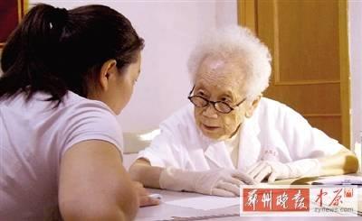 """志愿者胡佩兰98岁仍挂帅出诊 几代""""粉丝""""追随"""