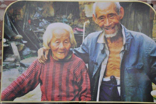 老人寻去世老伴儿照片底片:放大后天天守护她