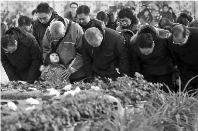 200多人自发为98岁医生奶奶胡佩兰送行(图)