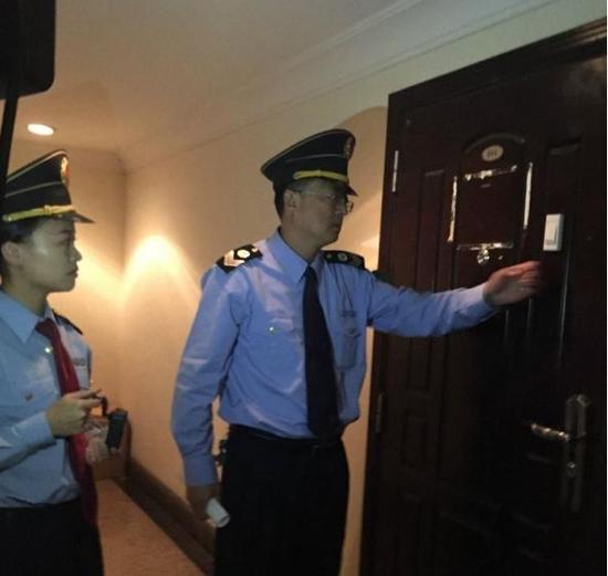 青岛市卫生监督所的工作人员在郝爱勇诊所执法。