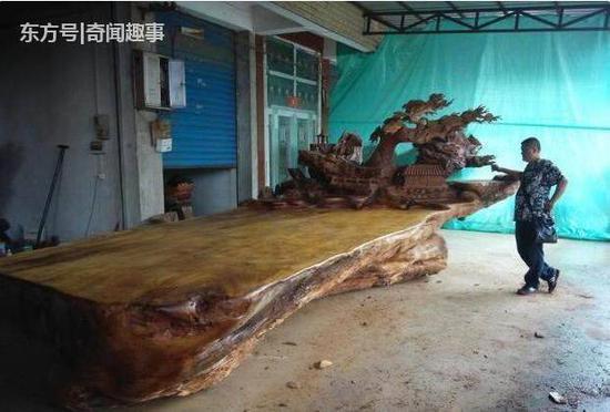 面对眼前3米的大床,专家表情都变了。据调查,刚挖出的时候这跟阴沉木足足接近五吨,如今却只剩这么点了,真是造孽啊!