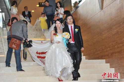 12月9日,广西南宁,一位新娘身着由新郎策划制作长达520米的婚纱参加婚礼,裙摆需近百人随行托举。据了解,新郎在与新娘相识相恋520天后,向其求婚,并以520米长的婚纱作为承诺。