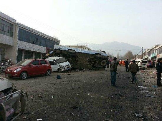 青海省民和县10余辆车连环相撞 已致5人死亡