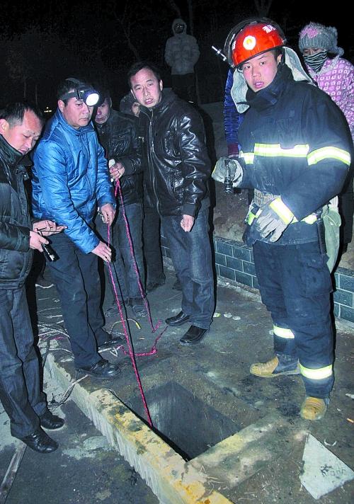 漯河一3岁男孩掉进路边窨井 7小时搜救仍未发现