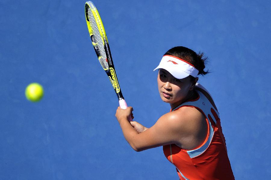 1月17日,彭帅在比赛中回球。当日,在2013年澳大利亚网球公开赛女单第二轮比赛中,中国选手彭帅以0比2不敌俄罗斯选手基里连科,无缘下一轮。 新华社记者陈晓伟摄