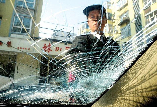郑州醉酒男连砸24辆车 不乏凯迪拉克宝马等名车