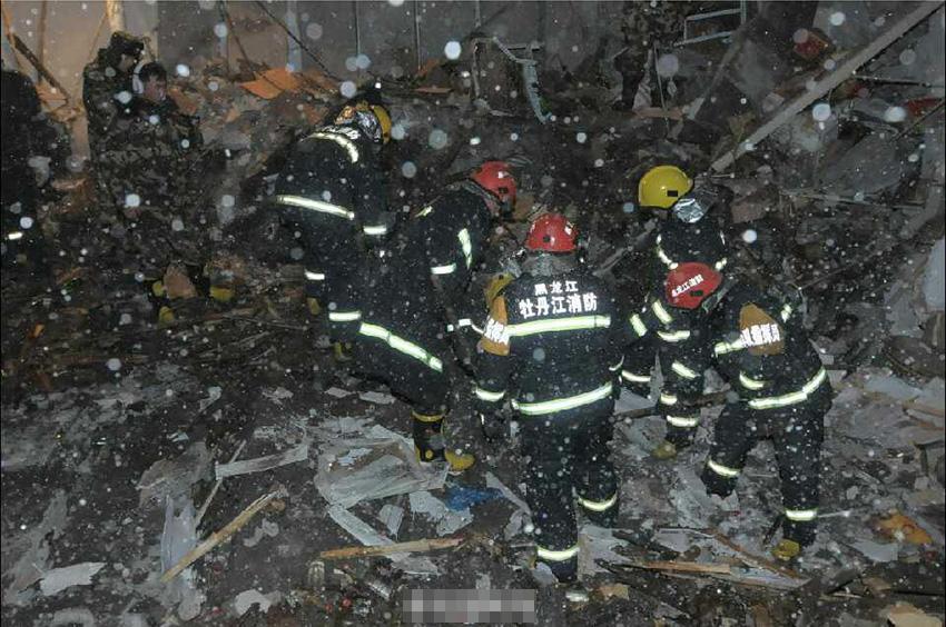 记者从牡丹江市委宣传部核实,11月25日13时21分,牡丹江市康佳街北侧一处三层老厂房在暴雪中发生楼顶坍塌,经核查,坍塌造成9人被困。经过9个小时的连续搜救,被困9人全部被发现,均已不幸遇难。图为救援现场。