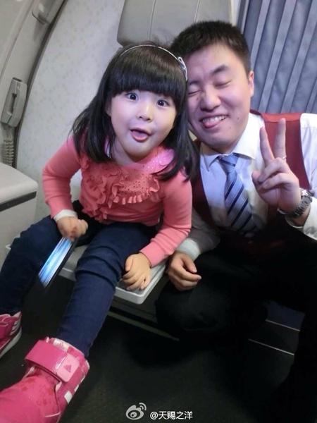 王诗龄搭飞机和空姐空少合影