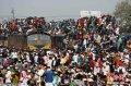 孟加拉国穆斯林挤火车回家 场面完爆春运