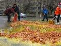 万枚鸡蛋撒马路 路人帮捡未哄抢