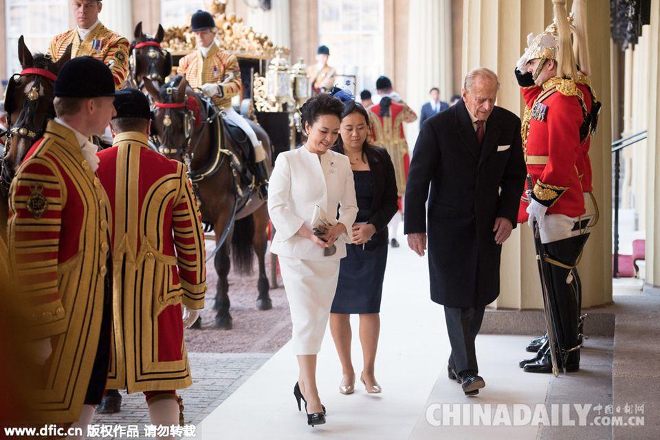 彭丽媛优雅白色套装参观皇室藏品