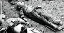 老照片:抗战时遭日军轰炸后的长沙 抱着孩
