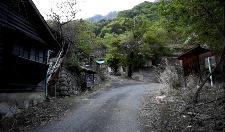 废弃的日本小镇:3千多居民消失不见,留下大量家电却无人搬走